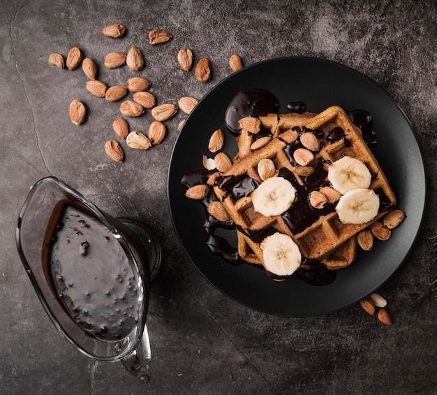 Vista superior waffle belga com banana