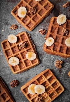 Vista superior waffles belgas com banana