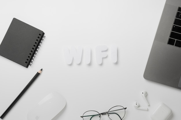 Vista superior wifi escrito na mesa