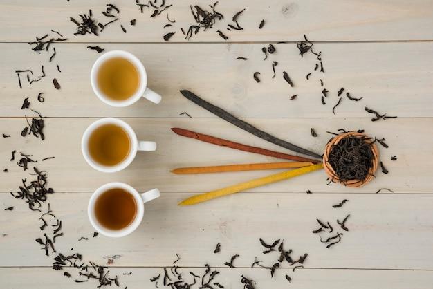 Vista superior, xícara chá, cercado, por, folhas