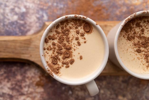 Vista superior xícara de café com cacau em pó
