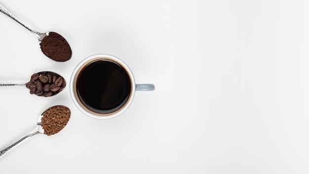 Vista superior xícara de café com feijão torrado
