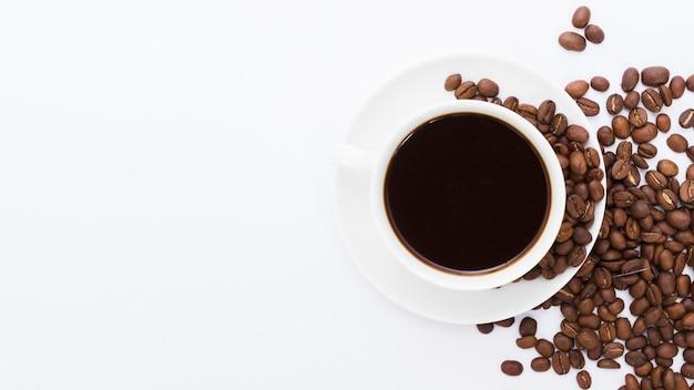 Vista superior xícara de café com grãos