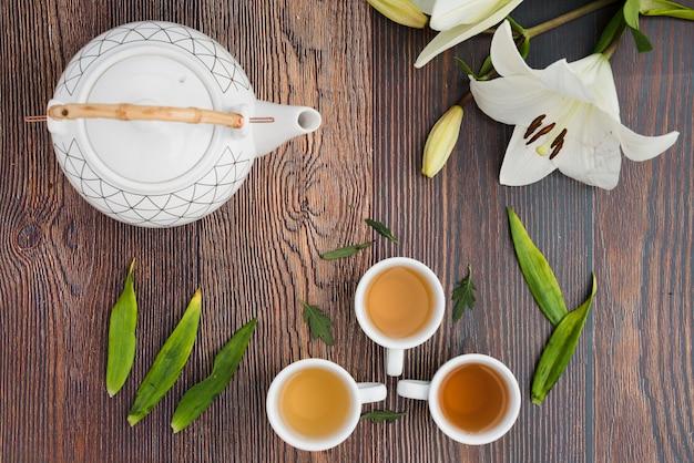 Vista superior xícara de café com plantas