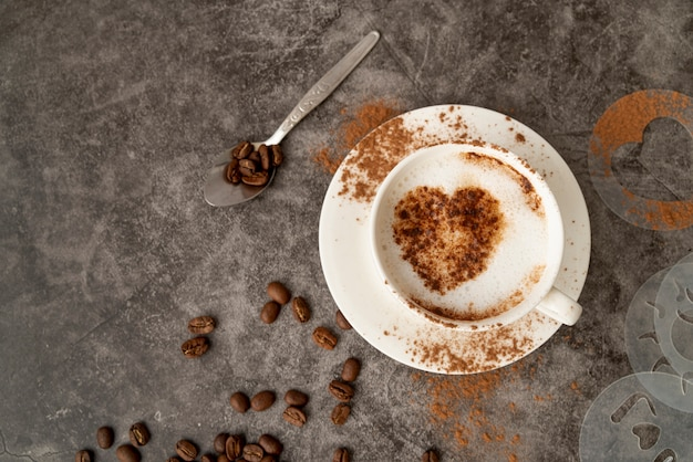 Vista superior xícara de café com um coração