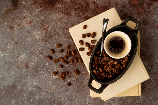 Vista superior xícara de café em livros