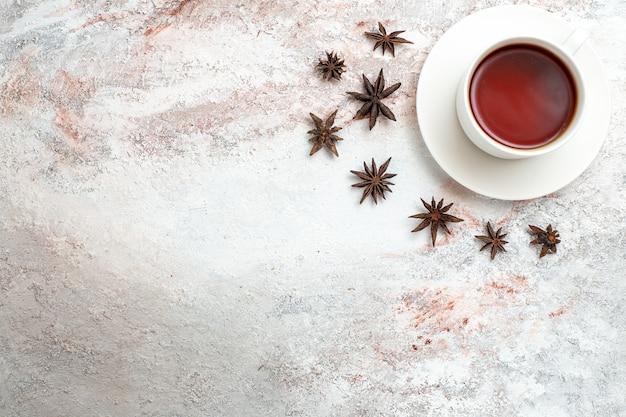 Vista superior xícara de chá bebida quente no fundo branco chá bebida doce café da manhã cerimônia