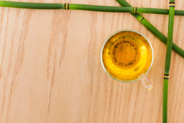 Vista superior xícara de chá com bambu