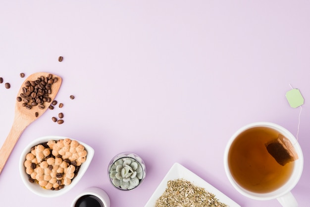 Vista superior xícara de chá com biscoitos