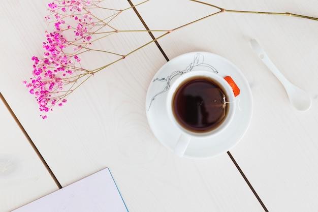 Vista superior xícara de chá com flores