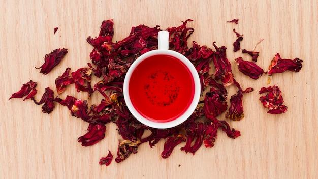 Vista superior xícara de chá com folhas secas