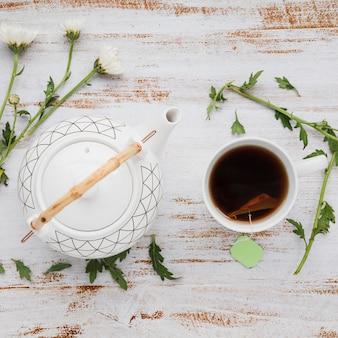 Vista superior xícara de chá com folhas