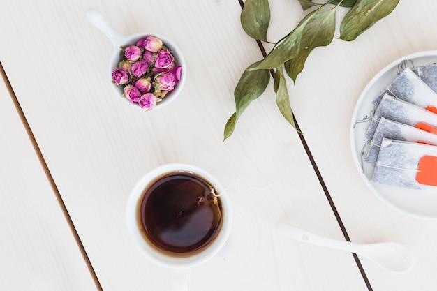 Vista superior xícara de chá com uma xícara de flores
