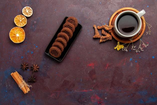 Vista superior xícara de chá dentro do prato e xícara em fundo escuro chá bebida foto colorida doce