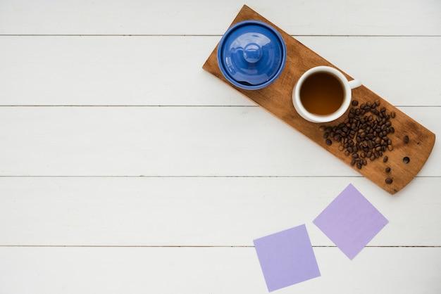Vista superior xícara de chá na mesa branca