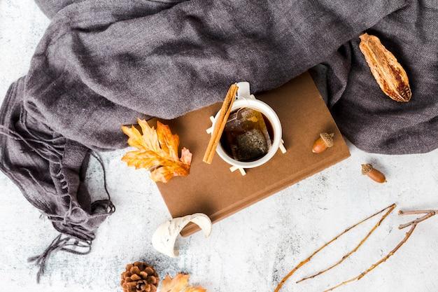 Vista superior xícara de chá no livro
