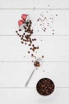 Vista superior xícara de grãos de café