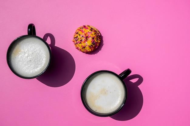 Vista superior xícaras de café com biscoito