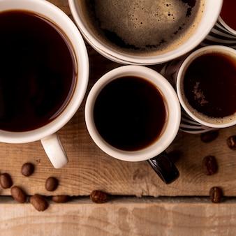 Vista superior xícaras de café com fundo de madeira