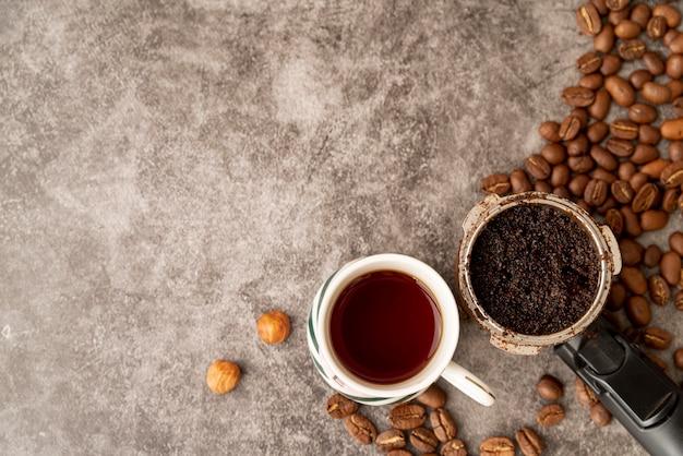 Vista superior xícaras de café com grãos torrados