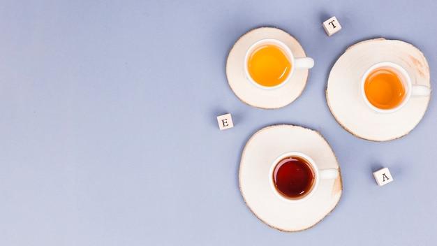 Vista superior xícaras de chá com carta dices