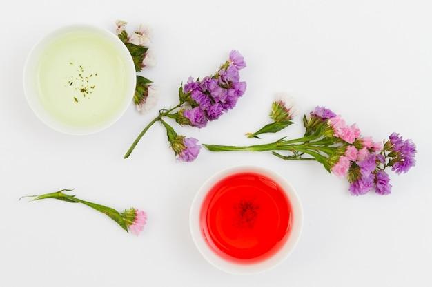 Vista superior xícaras de chá com flores