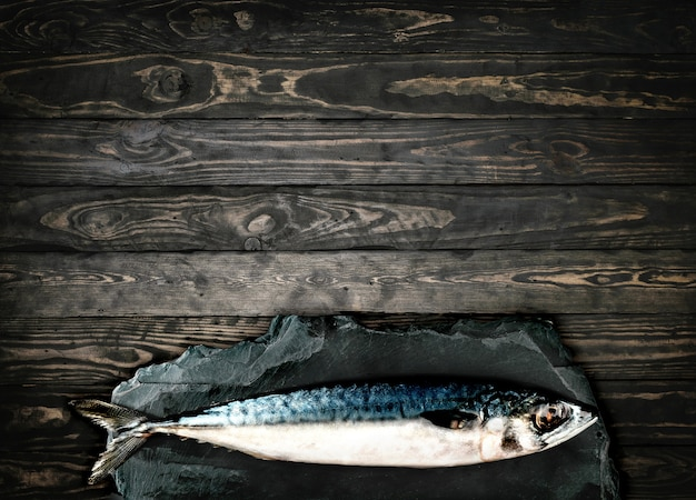 Vista superiorcavalinha verde, peixe em fundo de madeira de pedra