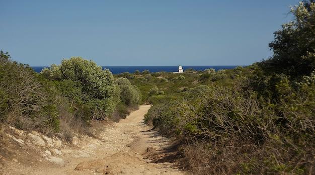 Vista típica da costa sul da sardenha, durante o verão.