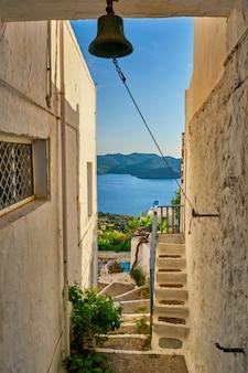 Vista típica de aldeia grega com casas caiadas de branco e escadas plaka town milos island greece