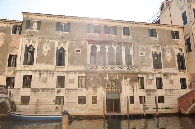 Vista tradicional da rua em veneza, itália. casas antigas no grande canal.