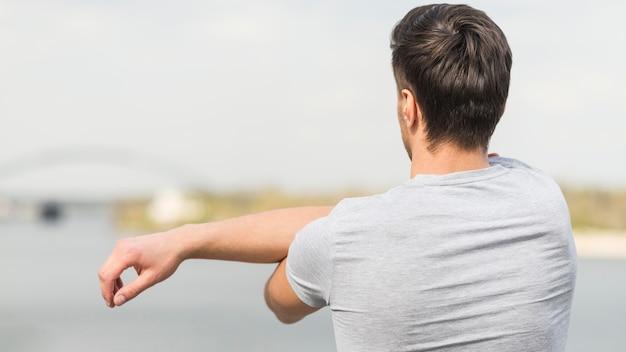 Vista traseira alongamento masculino adulto