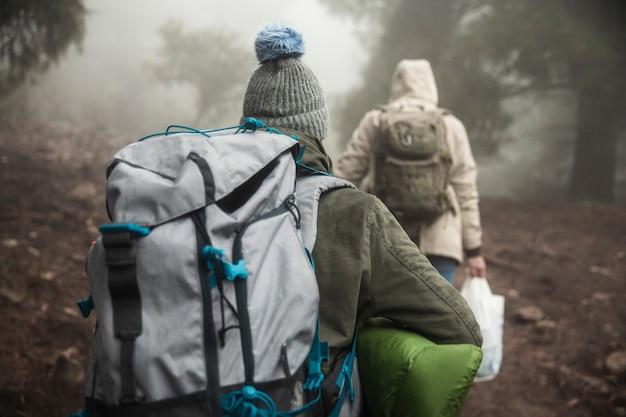 Vista traseira alpinistas com mochilas