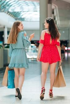 Vista traseira, amigos, em, shopping, centro comercial