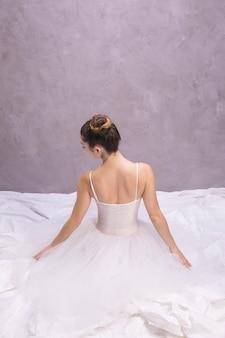 Vista traseira, bailarina, sentando