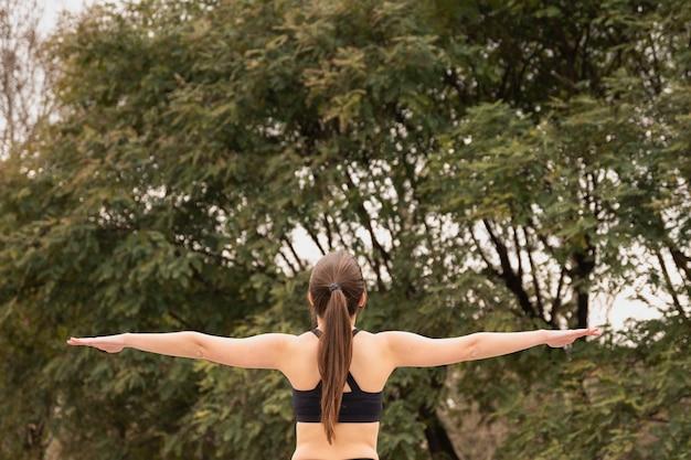 Vista traseira cabe jovem ao ar livre