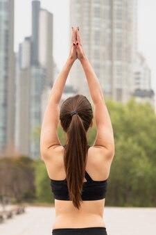 Vista traseira cabe jovem levantando os braços
