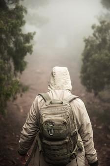 Vista traseira campista com mochila
