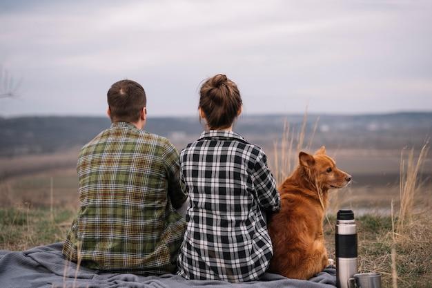 Vista traseira casal com cachorro