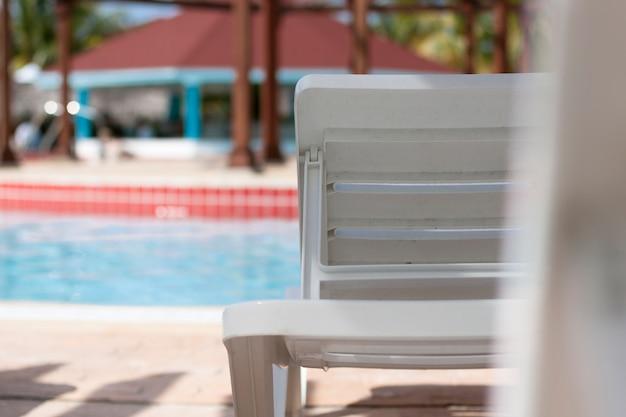 Vista traseira, cima, de, cadeira praia, em, a, piscina