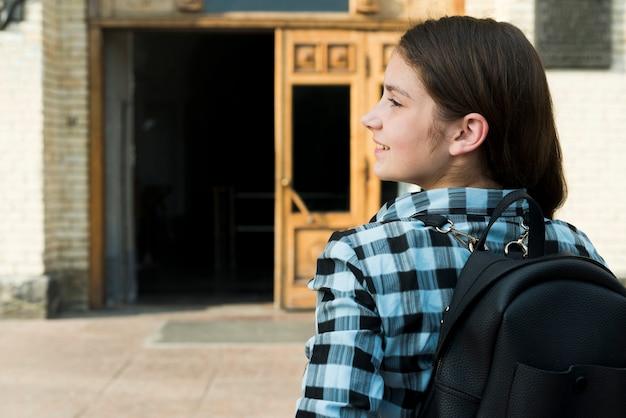 Vista traseira, cima, de, menina adolescente, indo escola