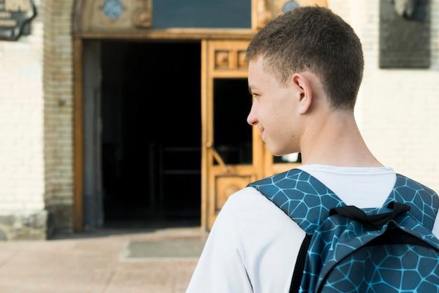 Vista traseira, cima, de, menino adolescente, indo escola