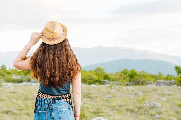 Vista traseira da mulher com admirar a natureza