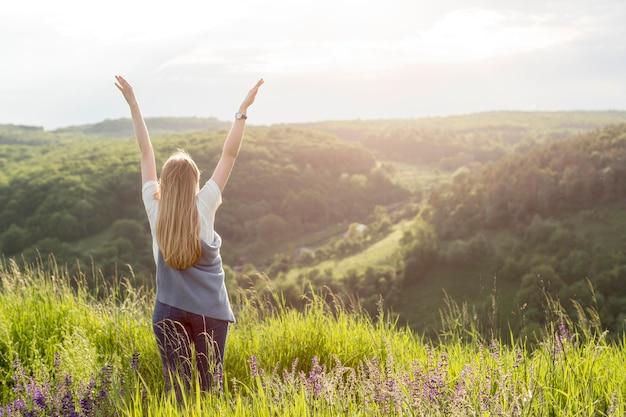 Vista traseira da mulher curtindo a natureza
