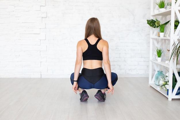 Vista traseira da mulher desportiva. conceito de esporte feminino. copyplace, copie o espaço.