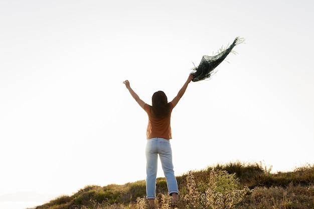 Vista traseira da mulher despreocupada na natureza