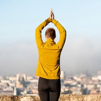 Vista traseira da mulher meditando