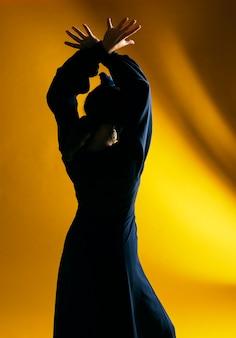 Vista traseira, dançar, mulher, com, backlight