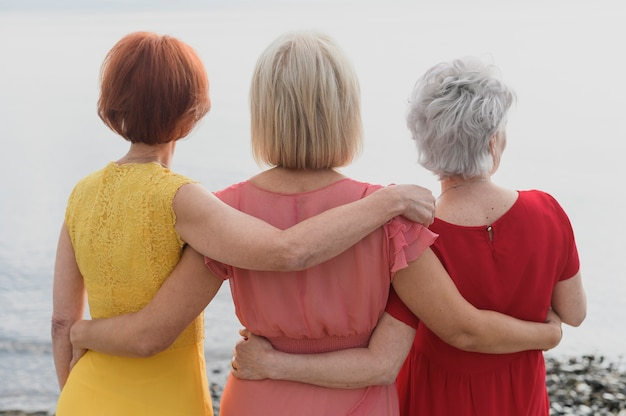 Vista traseira das mulheres em vestidos coloridos