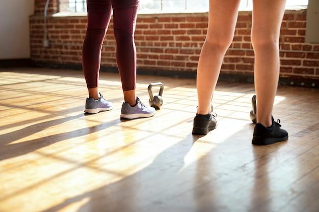 Vista traseira das pernas da mulher na academia