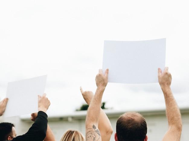 Vista traseira, de, activistas, mostrando, papeis, enquanto, protestar